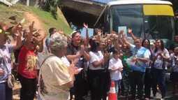 Grupo de devotos de Dom Avelar canta louvores a caminho da Arena Fonte Nova