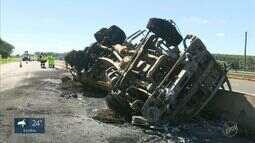 Combustível vazado de caminhão que tombou em Mogi Mirim causa incêndio e morte de peixes