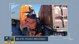 Dois caminhões colidem na BR-470 em Pouso Redondo e deixam uma vítima