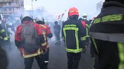 Polícia e manifestantes entram em confronto em Paris