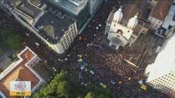 Milhares de pessoas participam do Bloco de sujos em Florianópolis