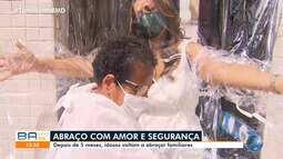 Idosos de abrigos de Salvador ganham cortina de proteção para receber abraços; confira
