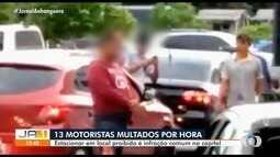 Mais de dez motoristas são multados por hora por estacionar em local proibido em Goiânia