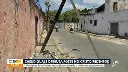 Carro quase bate em poste no bairro Cristo Redentor, em Fortaleza