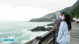 Cariocas e turistas curtem feriado com tempo nublado