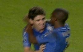 Gol do Chelsea! Oscar v o goleiro adiantado e faz de cobertura, aos 39 do 1 tempo