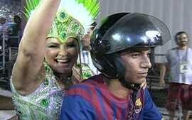 Fafá de Belém usa motocicleta para trocar de roupa e desfilar em duas alas