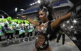 Camila Silva vem como a rainha de bateria da Vai-Vai