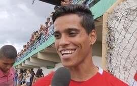 Wendel Lira mostra simpatia, mas não entra em campo no amistoso entre Formosa e Vila Nova