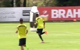 Gooool!! Robinho balança as redes de Victor durante treino técnico na Cidade do Galo