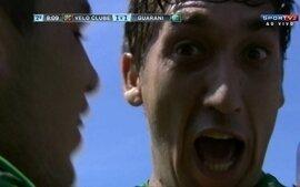 Gol do Guarani! Bola é levantada na área e João Paulo empata o jogo com 08' do 2º tempo