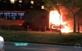 Caminhão pega fogo na Marginal Pinheiros sentido rodovia Castello Branco