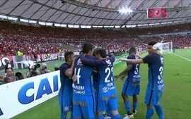 Copo é atirado em Marquinhos Gabriel após gol do Corinthians contra o Fla