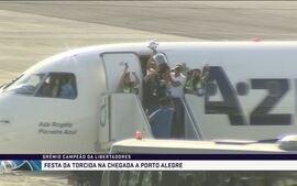 Delegação do Grêmio desce do avião em Porto Alegre com taça da Libertadores