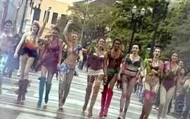 Modelos desfilam lingerie da Belíssima em diversos pontos de São Paulo