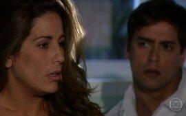 Júlia tem pesadelo com o acidente de avião que matou seus pais e no qual ela sobreviveu