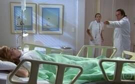 Nikos invade o quarto de Júlia na clínica e encontra outra mulher