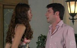 Mônica e Cemil se beijam