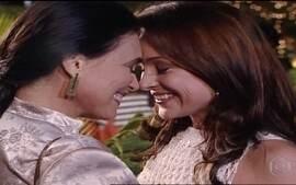 Maria Eduarda fica feliz ao rever Helena