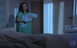 Helena troca os bebês na maternidade
