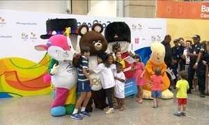 Mascotes olímpicos chegam para conhecer os representantes dos Jogos do Rio