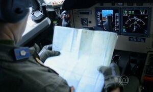 Equipes buscam vestígios  do avião desaparecido na Ásia