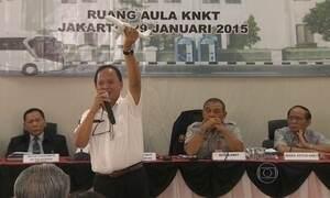 Relatório diz que copiloto comandava avião que caiu no Mar de Java