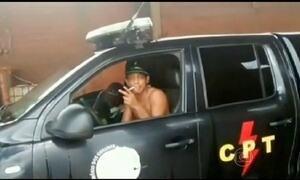Jovens dirigem carro da polícia e são obrigados a pedir desculpas