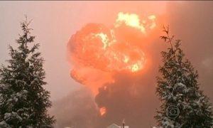 Trem explode após descarrilar nos Estados Unidos
