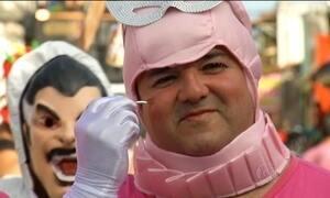Homens e mulheres trocam de papel em bloco de carnaval