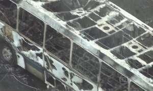 Ônibus pega fogo após colisão com poste e nove pessoas morrem no RJ