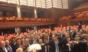 Briga no parlamento da Turquia deixa cinco deputados feridos