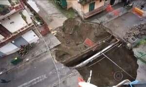 Cratera se abre no meio de condomínio em bairro residencial na Itália