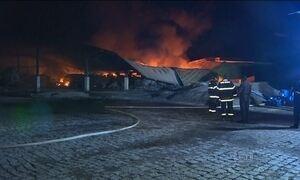Incêndio atinge galpão com produtos químicos em Lorena (SP)
