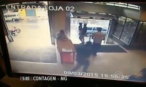 Câmera flagra policial com filho no colo trocando tiros com criminosos