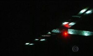 Avião movido a energia solar completa quinta etapa da viagem