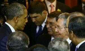 Obama e Raúl Castro dão aperto de mão durante a Cúpula das Américas