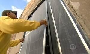 Tela com inseticida é instalada em casas para combater a dengue