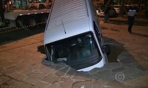 Cratera em calçada de Porto Alegre, RS, quase engole uma van
