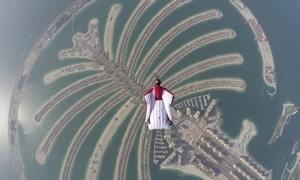 'Mestre dos ares' voa de wingsuit em grande monumento de Dubai