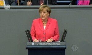 Angela Merkel quer Grécia na Zona do Euro e acredita em solução para crise