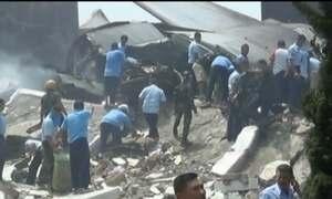 Avião cai na Indonésia e número de mortos pode passar de cem