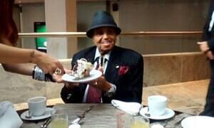 Imagens inéditas mostram Joe Jackson no dia do aniversário em SP