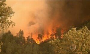 Incêndio na Califórnia fica fora de controle e tira 12 mil pessoas de casa