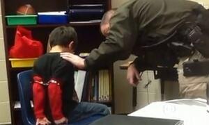 Vídeo mostra policial algemando criança em escola dos EUA