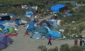Acampamento na França abriga imigrantes que tentam ir a Inglaterra