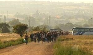 Sete mil pessoas cruzam a fronteira entre a Macedônia e Sérvia