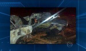 Carros batem de frente e 7 pessoas morrem no interior de Goiás