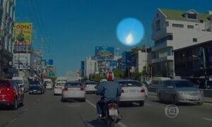 Bola de fogo no céu surpreende as pessoas em Bangcoc, na Tailândia