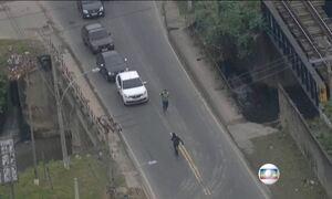Câmeras flagram a fuga de assaltantes ao vivo no Rio de Janeiro